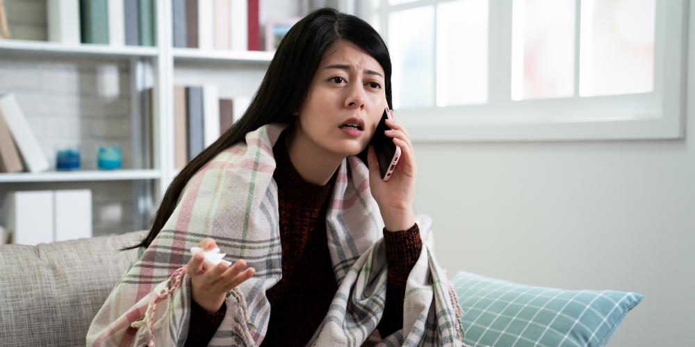 Kranke Frau am Telefon
