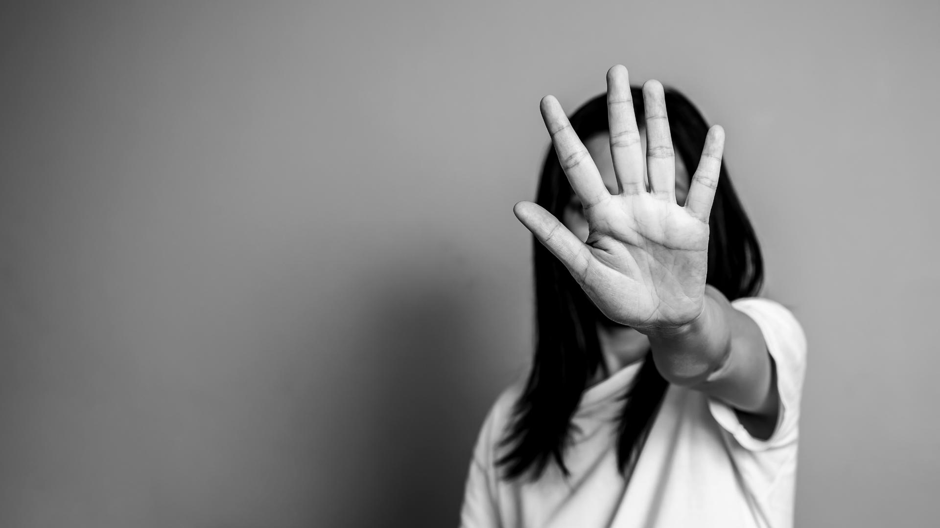 Frau mit ausgestreckter Hand